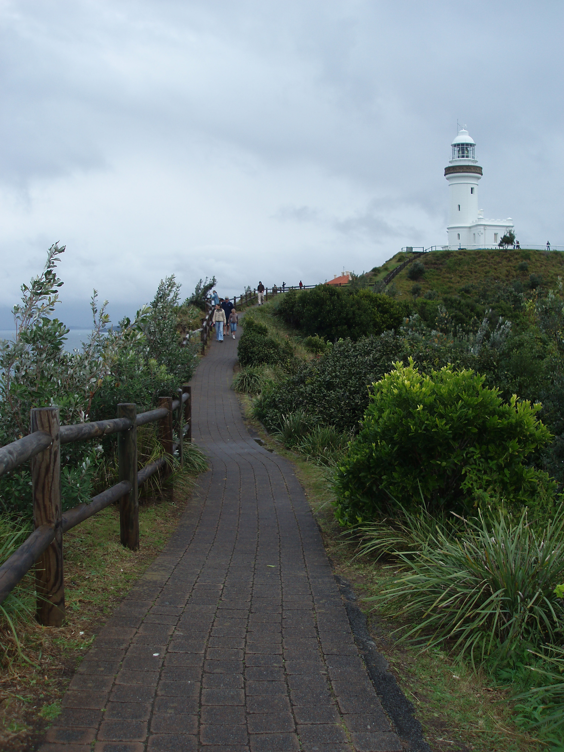 the footpath past the byron bay lighthouse